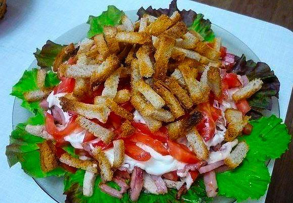 Вкусный салат с гренками и курицей
