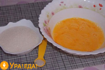 перемешанные яйца и сахар
