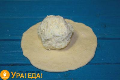 сырный шарик в центре лепешки