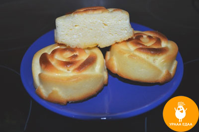 сырники на синей тарелке