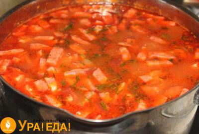 с колбасой суп в кастрюле
