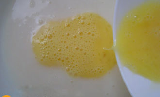выливаем яйцо