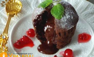 маффин с жидкой начинкой и ягоды