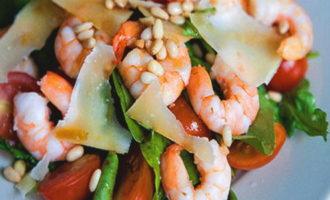 салат с рукколой и креветками помидорами черри пармезаном авокадо рецепт с фото