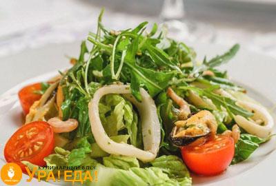 салат с кальмарами и другими морепродуктами