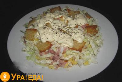 салат на белой тарелке с копченой курицей и пекинской капустой