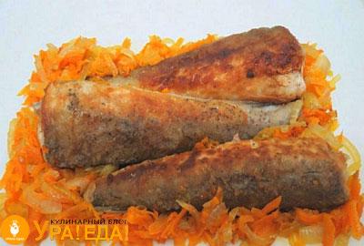 хек на тарелке с морковкой и луком
