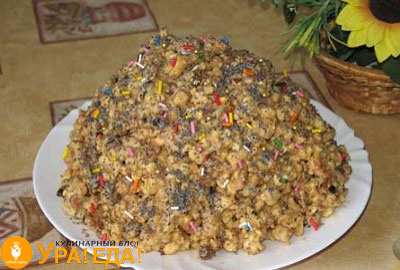 муравейник, посыпанный маком на тарелке