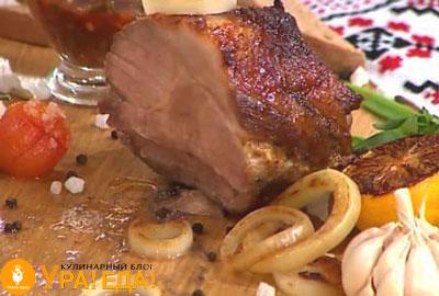 кусок мяса на досточке с луком