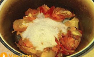 луковая шелуха с солью в кастрюле