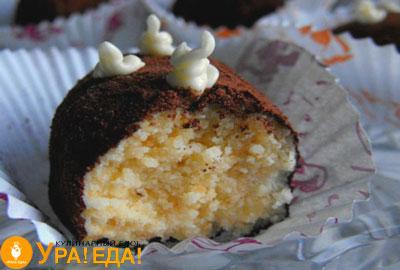 разрезанное пирожное с белой внутренней частью