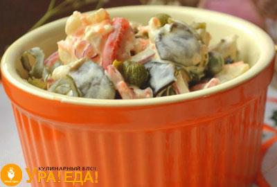 салат в оранжевой миске