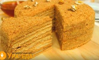 готовый торт с отрезанным куском