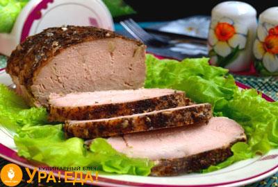 запеченное мясо на листьях салата