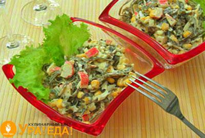 салат с крабовыми палочками и яйцами в миске