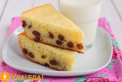 2 кусочка пирога с изюмом на белой тарелке и стакан молока
