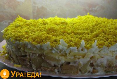 слоеный салат посыпанный яичным желтком