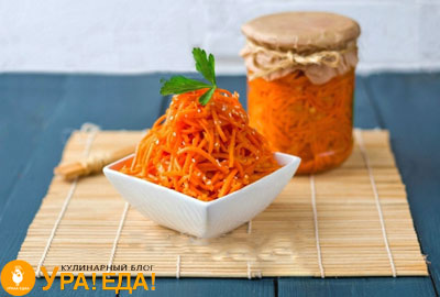 банка и тарелка с готовой корейской морковкой