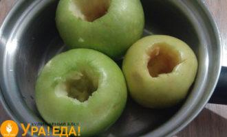 яблоки без серединок в кастрюльке