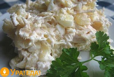 перемешанный салатик, украшенный петрушкой