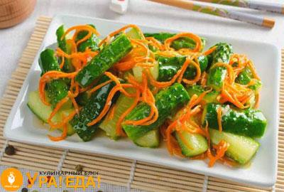 салат с морковкой и огурцами в плоской квадратной тарелке