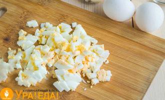 яйца кубиками на досточке