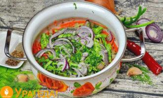 добавление салатных листьев и лука