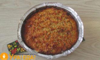 испеченный пирог в форме из фольги