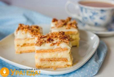 3 куска торта на белой тарелке
