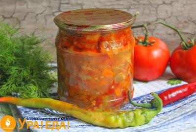 маленькая баночка салата, перец, помидоры и зелень
