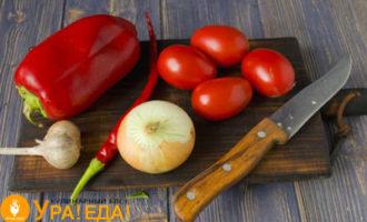 подготовленные овощи на досточке и нож