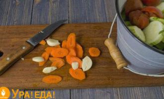 нарезанная морковка и чеснок