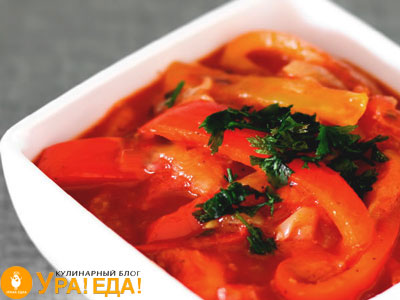 перец соломкой в чашке с помидорами