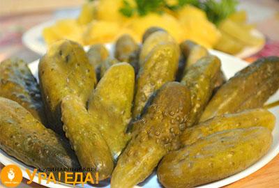 соленые огурчики на тарелке