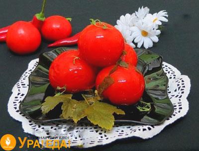 соленые помидоры на тарелке