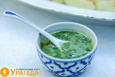укропный соус с горчицей в миске с ложкой