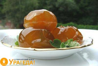 янтарные яблочки на тарелке
