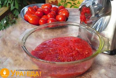 свежие помидоры и острая приправа в прозрачной миске