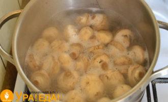 варятся грибы в кастрюле