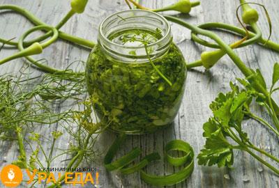 соус с разной зеленью в баночке