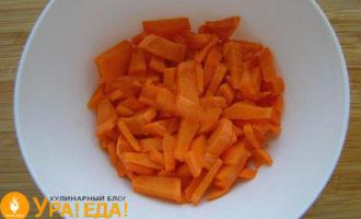 нарезанная полосками морковь в чашке