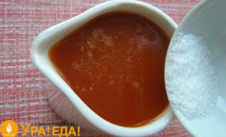 в томат досыпаем соль и сахар