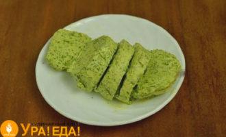 нарезанное кружками масло с зеленью
