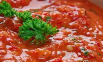 Сырая аджика из помидор и чеснока на зиму без варки