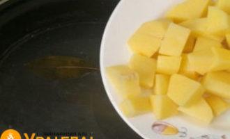опускаем картофельные кубики в бульон