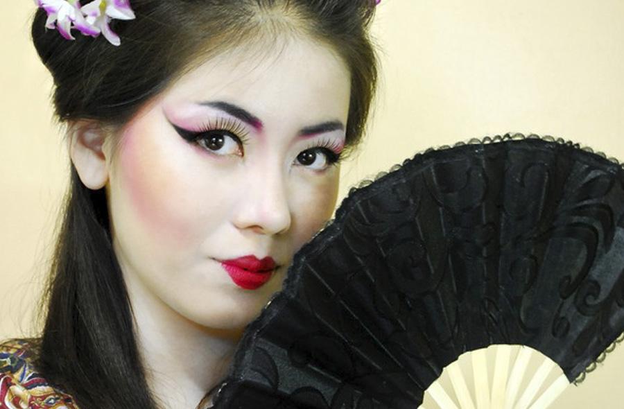 китайская девушка с макияжем