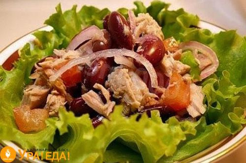 салат на зеленых листочках